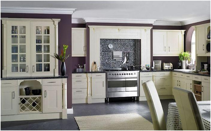 Stilig kjøkken i hvite og lilla toner