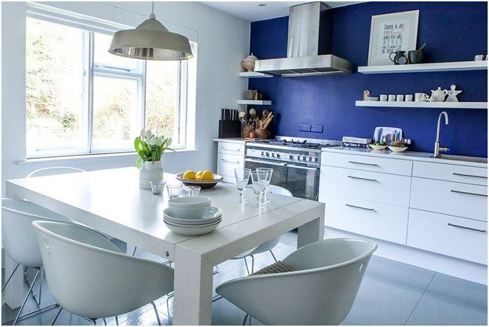 Blå vegger på kjøkkenet