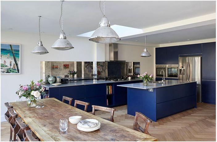 Blå møbler på kjøkkenet