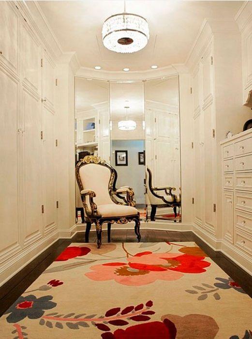 Kwiatowy dywan w klasycznej garderobie