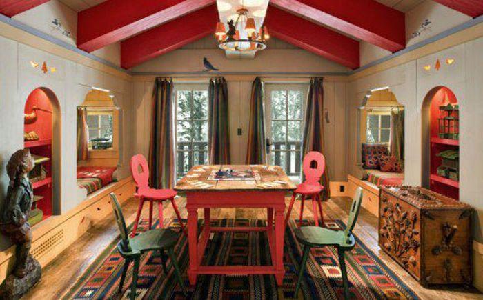 Червени акценти в интериора на спалнята от John Malick & Associates