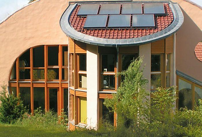 Alternatywne źródło energii stanowią panele słoneczne na dachu domu.