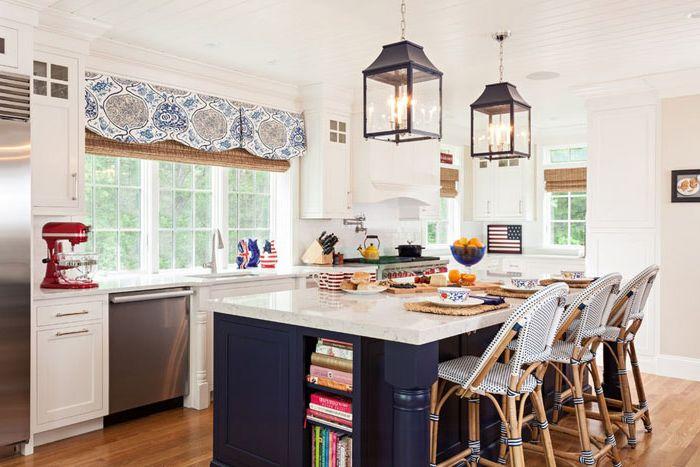 Interior de la cocina por la compañía Welch Home + Design