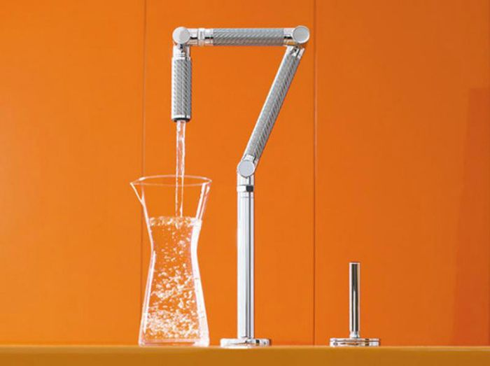 Смеситель для кухни Karbon на два отверстия с четкими геометрическими формами и подвижными сегментами.
