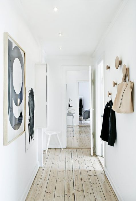 Стилни куки в интериора на малък коридор