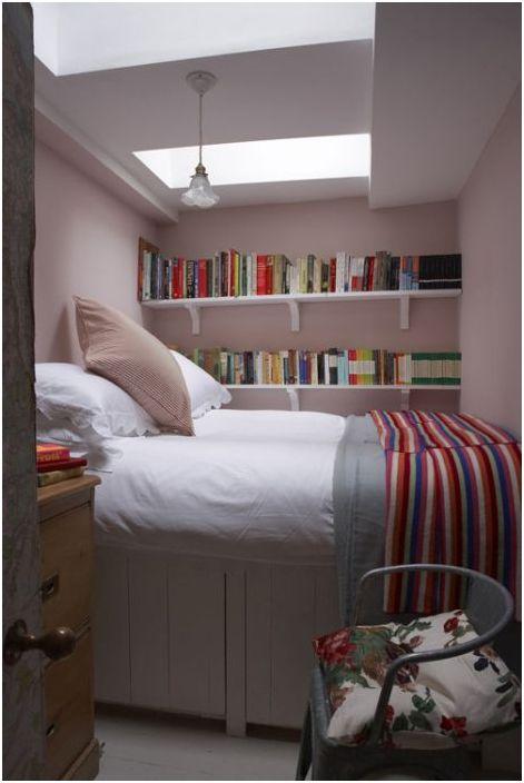 Jasnoróżowa kolorystyka we wnętrzu sypialni wygląda bardzo świeżo