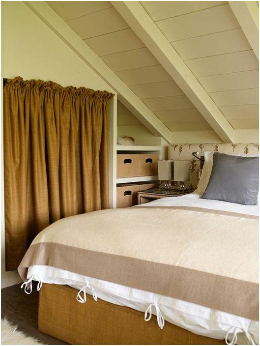 Лён и мешковина отлично вписались в интерьер этой спальни