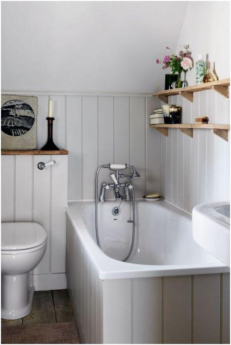 15. Висящи рафтове в малка баня