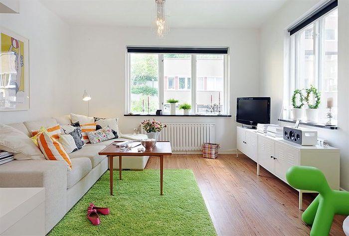 Ярък килим в малка всекидневна