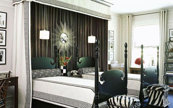 балдахин над кроватью и постельное с греческими мотивами