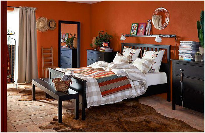 Тъмни мебели в оранжевата спалня