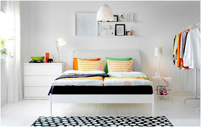 Ярки цветове в стилна спалня