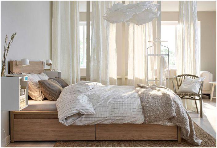 Оригинална спалня с нощни шкафчета, монтирани на стена