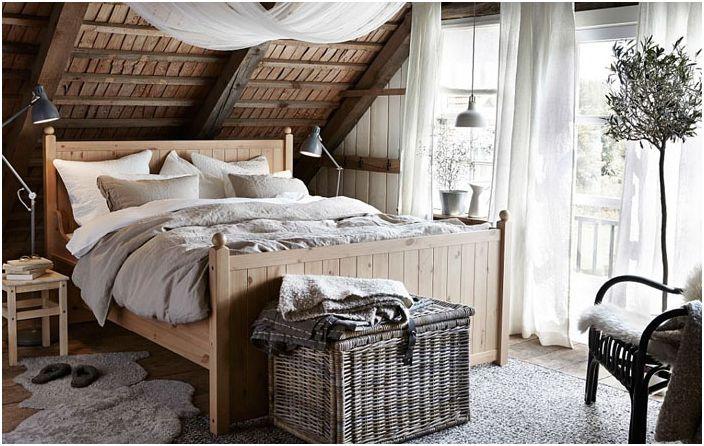 Красива спалня с селски елементи