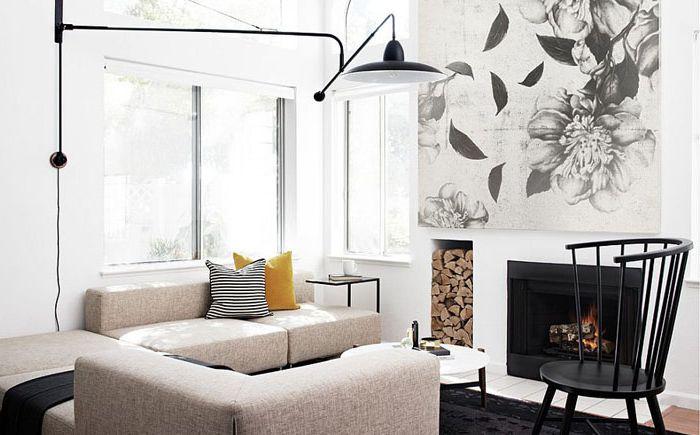 Чёрно-белая гостиная с камином от Studio Revolution