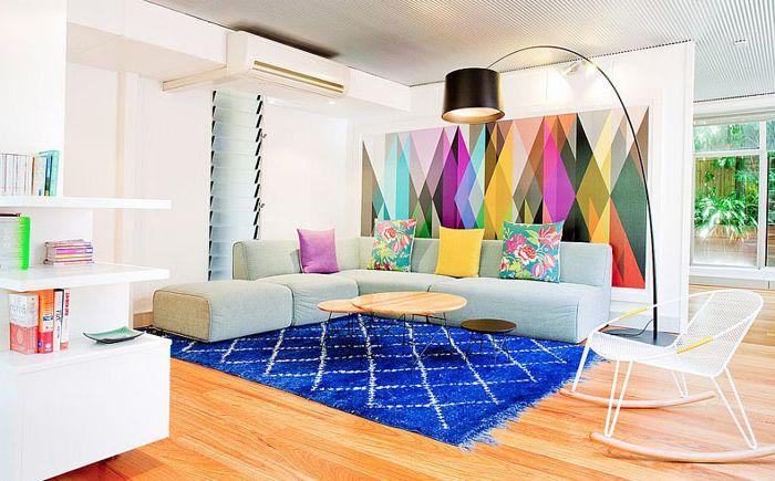 Ярки тапети и килими в интериора на хола