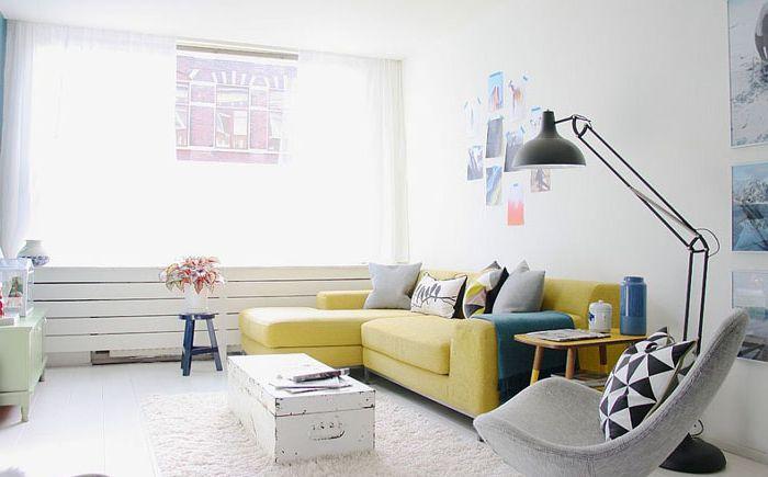 Винтажный кофейный столик в интерьере гостиной от Holly Marder