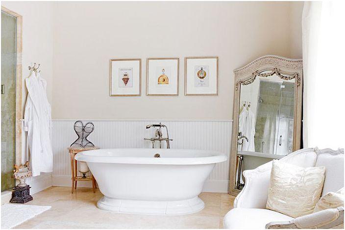 Łazienka z dużym lustrem w stylu vintage