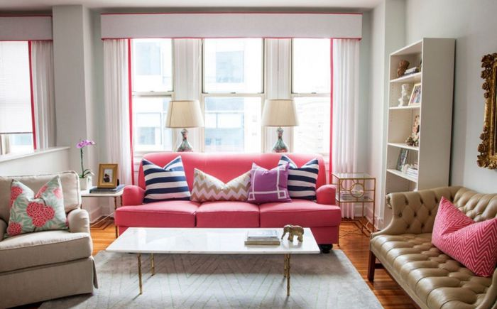 Неочаквано решение: розов диван в хола
