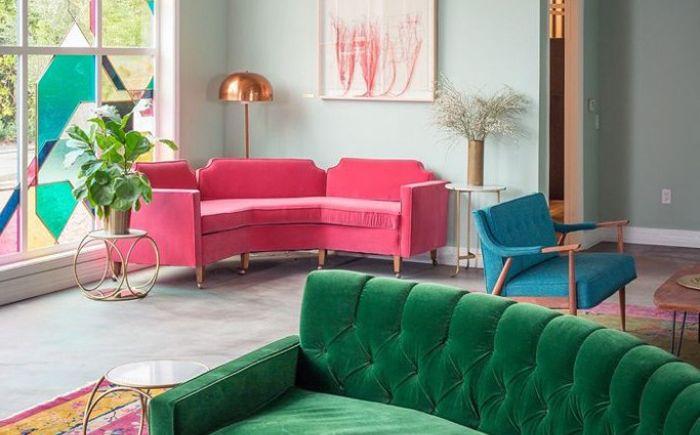 Розовый диван теряет яркость на фоне других насыщенных цветов