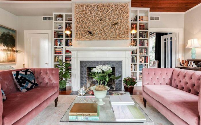Два розови дивана във всекидневната