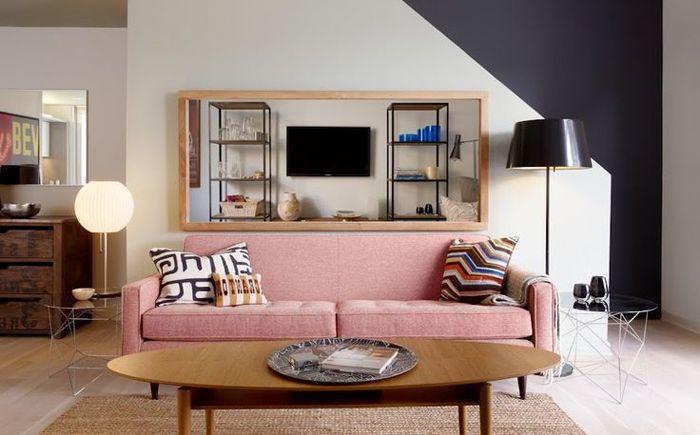 Розов диван в интериора на хола
