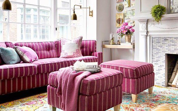 Розовый диван с сочетающимися оттоманками