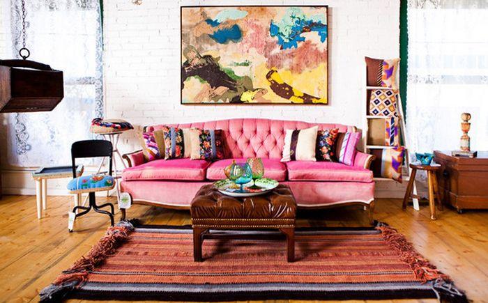Розовый диван в гостиной в эклектичном стиле