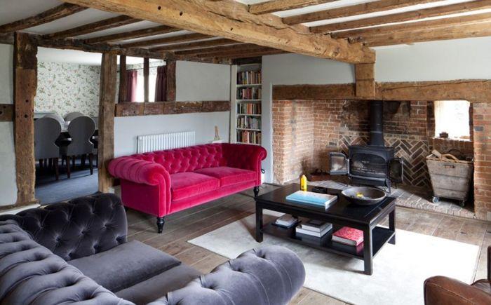 Розовый диван в гостиной в индустриальном стиле