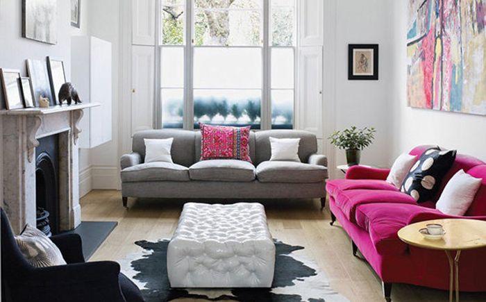 Яркият цвят на дивана съвпада с други елементи