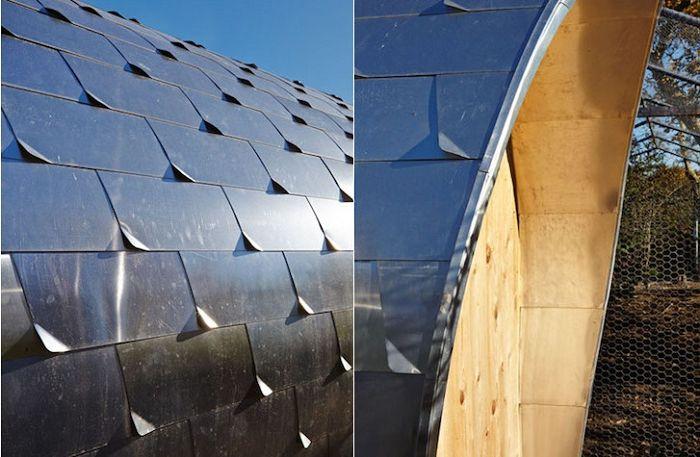 Стените и покривът на кокошарника са покрити с метални плочки.