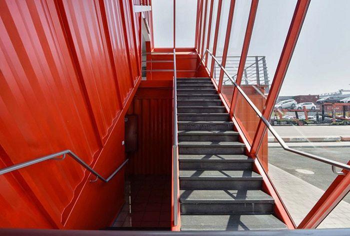 Стълба, направена в контейнер.