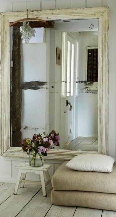 Большое зеркало в массивной раме также может использоваться в интерьере, как фальшивое окно