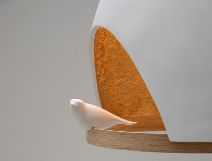 Biała lampka z ptaszkiem.