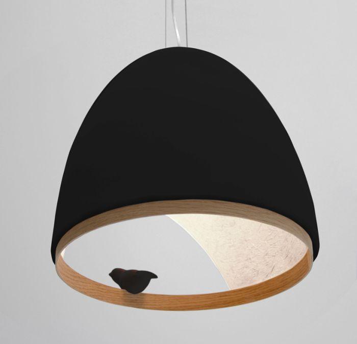 Czarna lampa z ptaszkiem.
