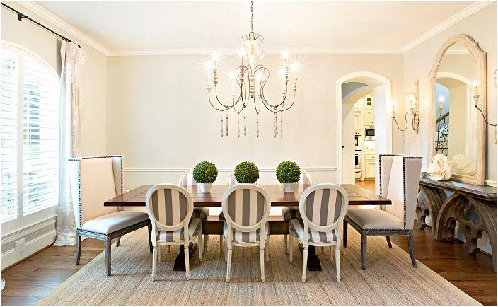 Belle salle à manger avec un joli lustre.