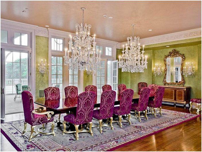 Прекрасна комбинация от ярки цветове с шикозни полилеи и лампи, правят стаята още по-привлекателна и богата.