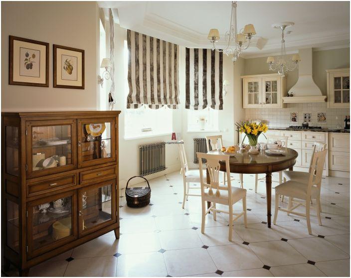 De beaux motifs classiques combinés avec des rideaux à rayures et de superbes lustres.