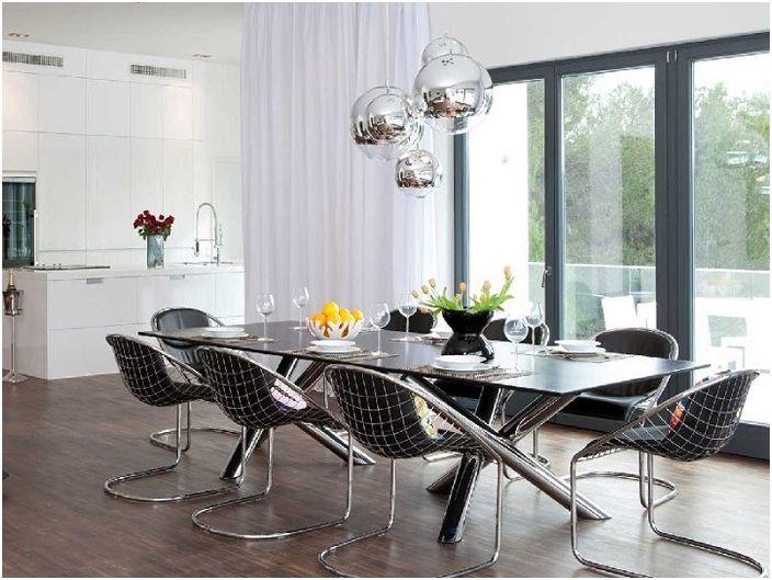 Модерна кухня с метални фрагменти в интериорната декорация - изглежда особено интересна, когато се комбинира със зашеметяващ полилей.