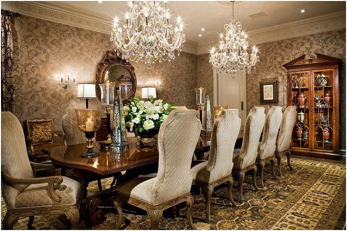 Un intérieur riche avec des meubles chics et un lustre tout aussi beau pour un plaisir esthétique complet.