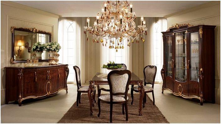 Une jolie pièce qui a l'air très chère avec un lustre extraordinaire.