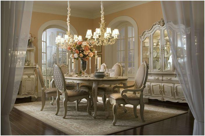 Une excellente combinaison de confort et de tranquillité en un seul endroit est présentée par le cadre inhabituel de la salle à manger et le charme particulier du lustre.