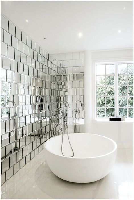 Огледалните плочки правят интериора стилен и просторен