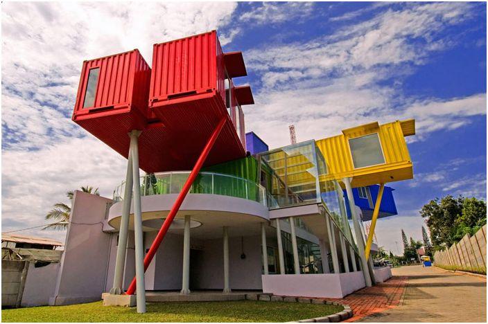 Colorful Library е цветна библиотека от контейнери.