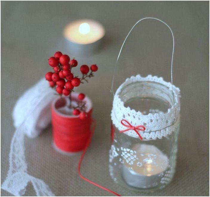 Ръчно изработен свещник, декориран с доста дантела.