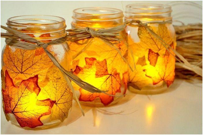 Много красив свещник, украсен с паднали жълти листа, ще краси всяка обстановка.