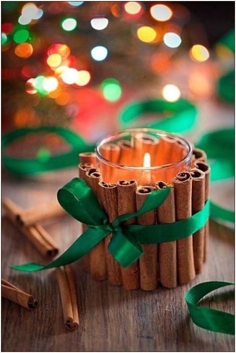 Чаша, пръчици канела и сатенена панделка - и дизайнерският свещник е готов.