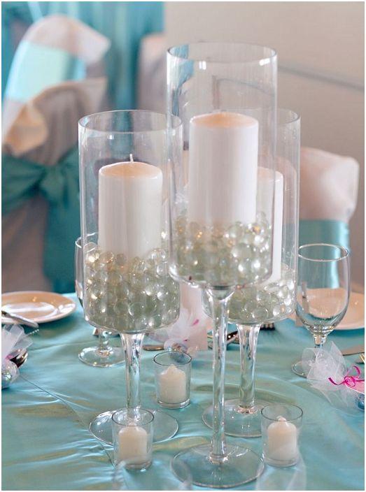 Перлите в чашата придават специална елегантност и нежност на свещника.