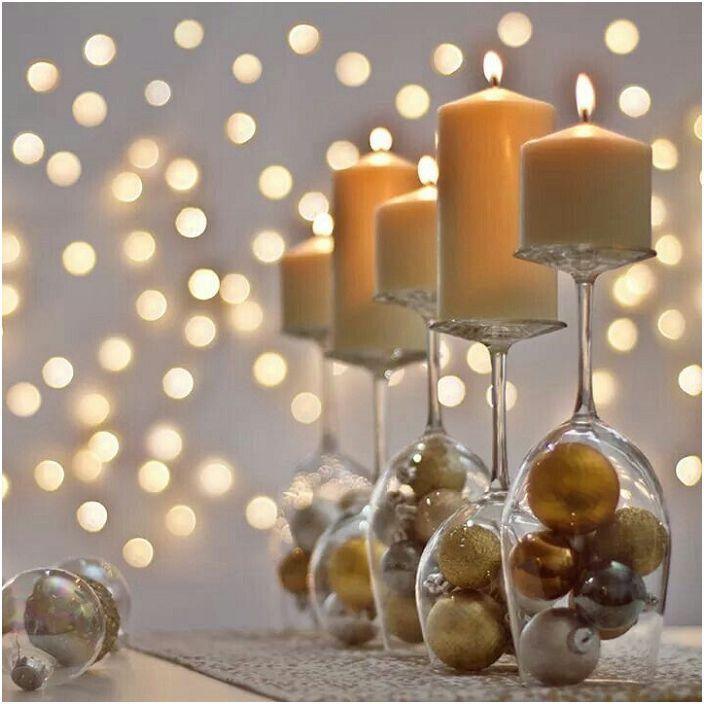 Стъклото може да бъде изпълнено с абсолютно всеки декор, който отговаря на темата на вечерта, например коледни топки.