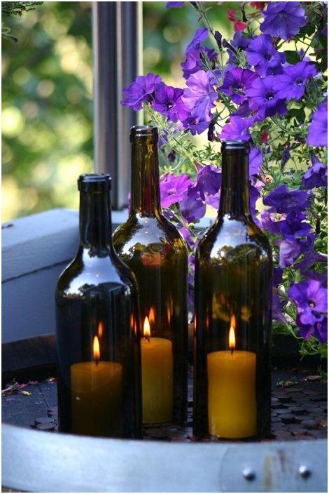 Свещници от стъклена бутилка в тъмен нюанс.